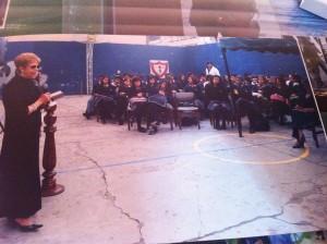 Teresita Chávez de Flórez declamando en Colegio de Bogotá